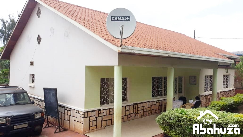 AN AMPLE HOUSE IN 300 METERS FROM THE TARMAC ROAD