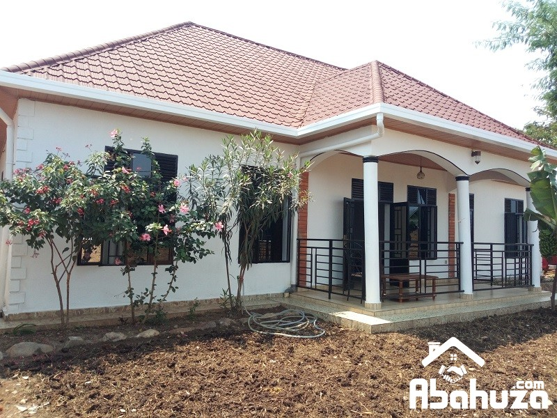 4 BEDROOM HOUSE FOR SALE ON ASPHALT ROAD