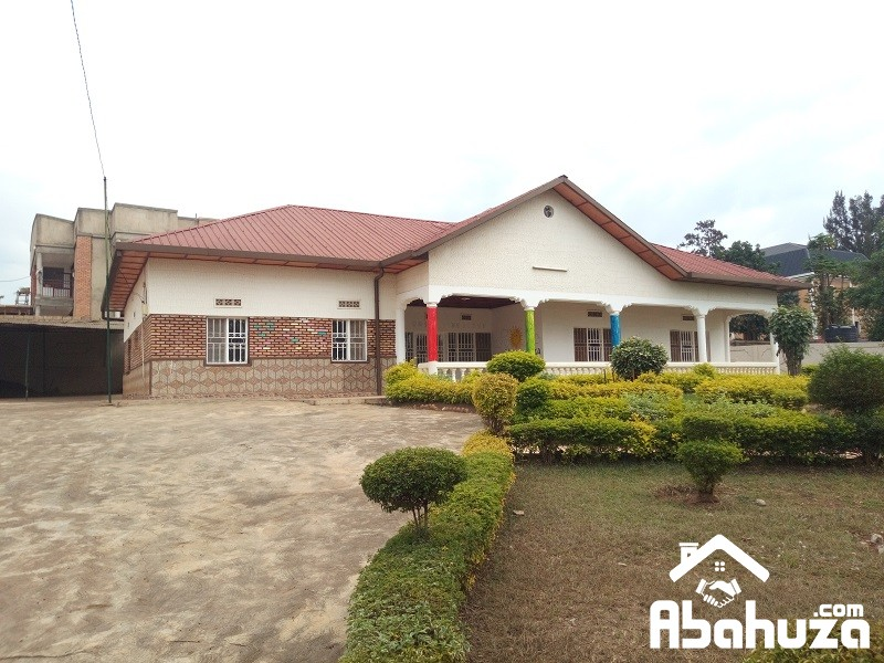 A 5 BEDROOM HOUSE IN BIG COMPOUND ON ASPHALT ROAD