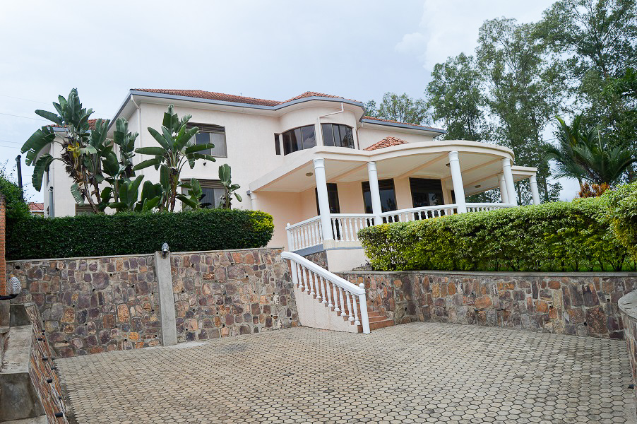 A LUXURY HOUSE FOR RENT AT NYARUTARAMA