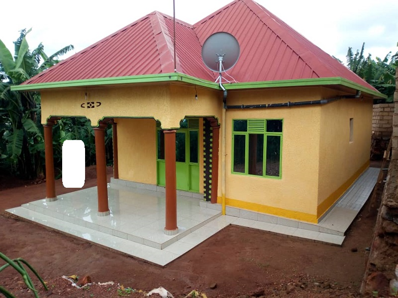 A HOUSE FOR SALE IN BIG PLOT AT KAREMBURE CENTER