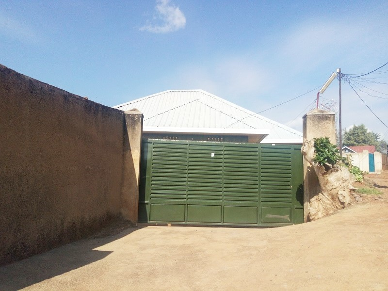A 3 BEDROOM HOUSE FOR SALE IN BIG COMPOUND