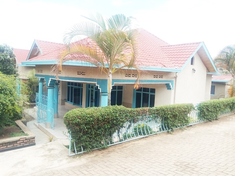 A 4 BEDROOM HOUSE WITH SPACIOUS GARDEN
