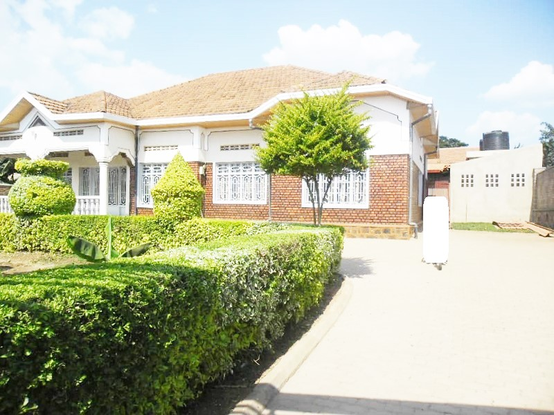 A 7 BEDROOM HOUSE IN BIG COMPOUND AT KIMIRONKO