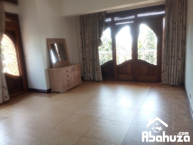 A POOL HOUSE OF 5 BEDROOS FOR SALE AT NYARUTARAMA