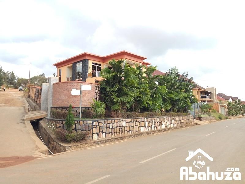 A NICE HOUSE WITH GOOD DESIGN ON THE ASPHALT ROAD